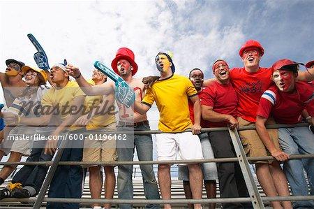 Fans acclamant et huer en gradins