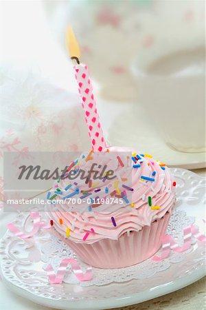 Petit gâteau avec une bougie