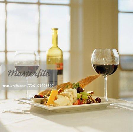 Vin rouge avec fromage et fruits frais