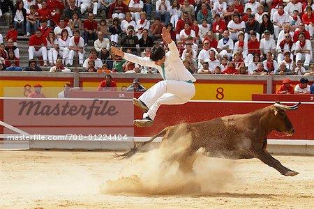 Französischen Stil Stierkämpfer springen über Stier, Fiesta de San Fermin, Pamplona, Spanien