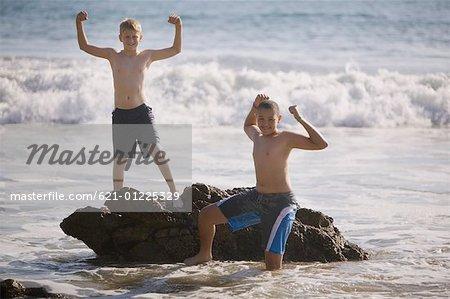 Deux garçons debout dans l'eau
