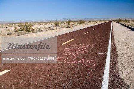Route de désert avec Graffiti, Nevada, USA