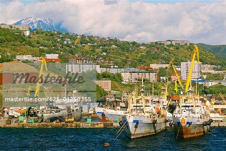 Bateaux à quai dans un port, Petropavlovsk-Kamtchatski, Kamchatka, Russie