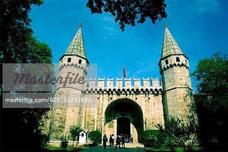 Vue d'angle faible de l'entrée d'un palais, porte des Salutations, Palais de Topkapi, Istanbul, Turquie