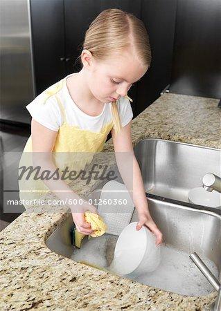 Fille laver la vaisselle