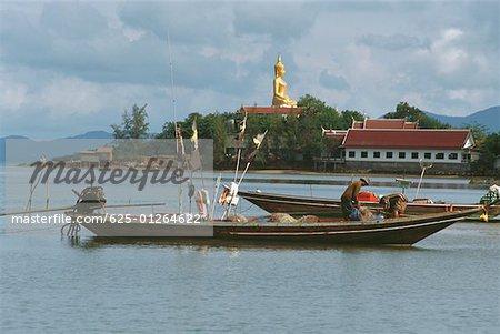 Pêcheur debout sur un bateau de pêche, Koh Samui, Thaïlande