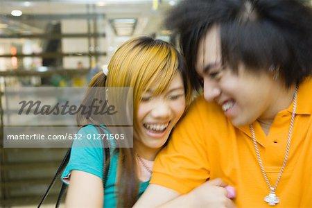 Couple d'adolescents en riant, floue de mouvement