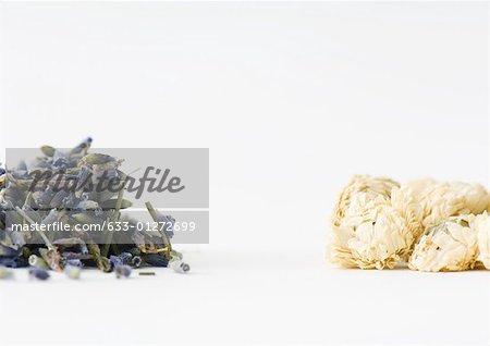 Séchées de camomille, de lavande et de fleurs médicinales