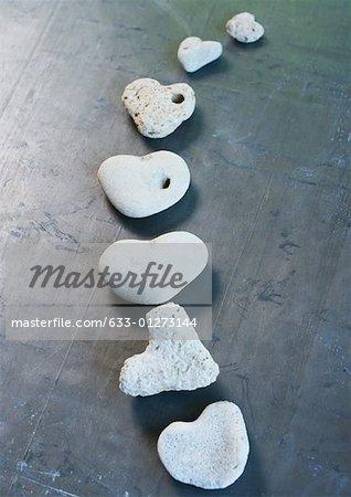 En forme de coeur pierres disposées en ligne courbe