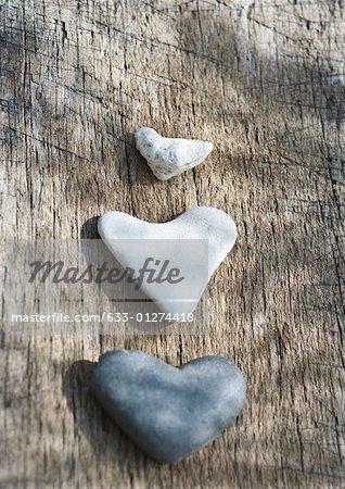 Pierres sur la surface du bois en forme de coeur