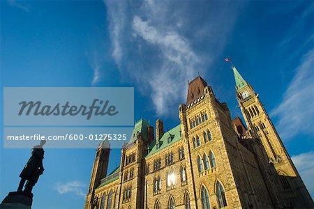 Bâtiment du Parlement et la Statue de Sir George-Étienne Cartier, Ottawa, Ontario, Canada