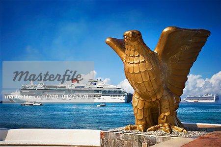 Statue d'aigle, le paquebot en arrière-plan, Cozumel, Mexique