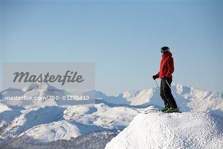 Homme au sommet de la pente de Ski, Whistler, Colombie-Britannique, Canada