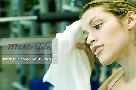 Essuyage front de jeune femme