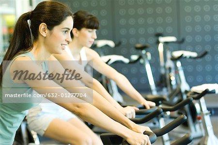 Deux femmes vélos d'équitation