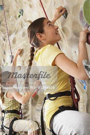 Enfants dans la salle de Gym d'escalade