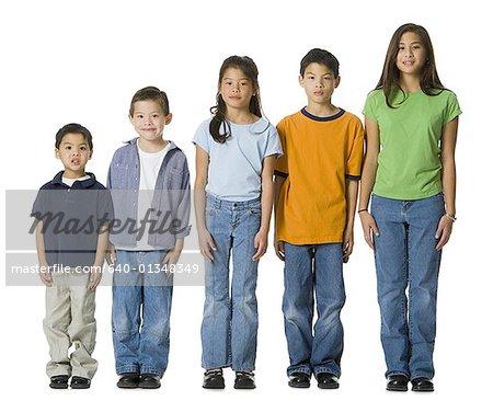 Portrait de cinq enfants, debout dans une ligne