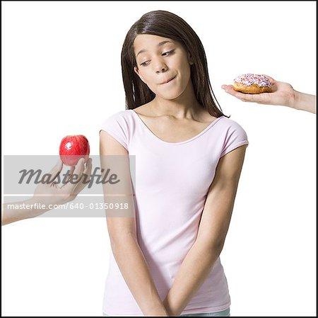 Gros plan d'une jeune fille regardant une pomme