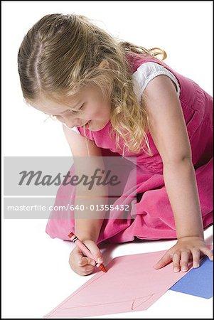 Gros plan d'une jeune fille de dessin sur une feuille de papier