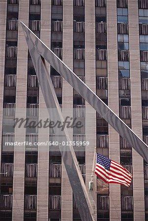 Low Angle View of eine amerikanische Flagge außerhalb eines Gebäudes