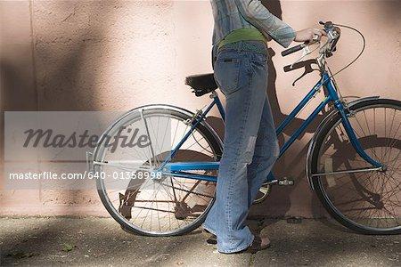 Voir le profil:: une femme posé sa main sur un vélo