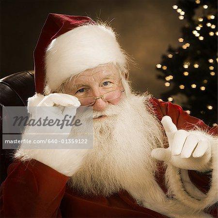 Portrait du père Noël tenant ses lunettes