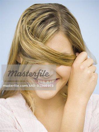 Gros plan de sourire yeux cacher femme avec les cheveux