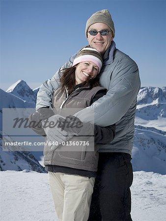 Portrait d'un homme d'âge mûr embrassant une femme mature par derrière