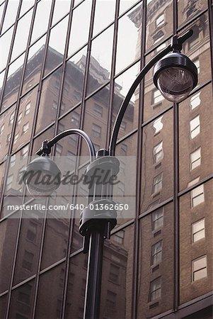 Low Angle View of einen Laternenpfahl außerhalb eines Gebäudes