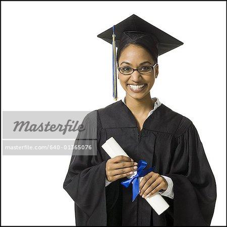 Femme en robe de graduation et signe vide avec diplôme