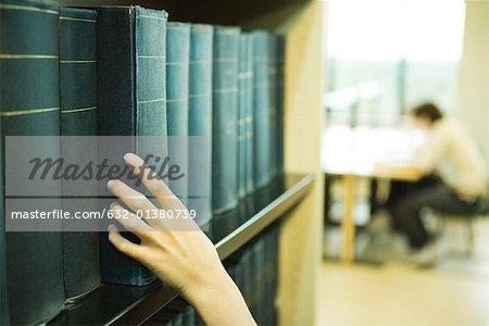 Prise femelle main livre d'étagère de bibliothèque