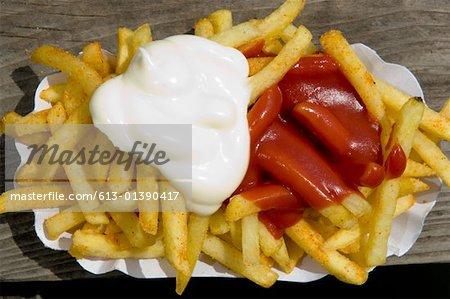 Gros plan des puces avec la mayonnaise et le ketchup