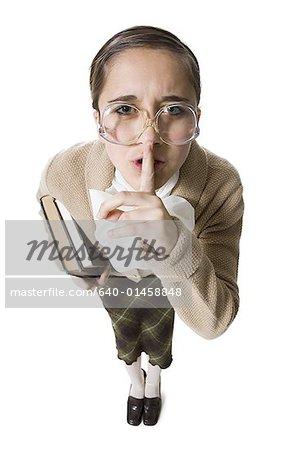 Bibliothécaire femelle avec lunettes et étouffer des livres