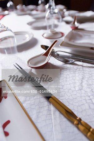 Nahaufnahme von Stäbchen und Geschirr am Esstisch