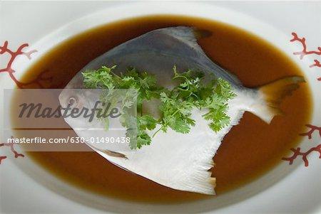 Erhöhte Ansicht eines Fisches auf einem Teller