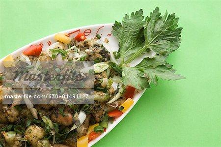 Nahaufnahme eines Gerichts der Gemischtes Gemüse auf einer Platte