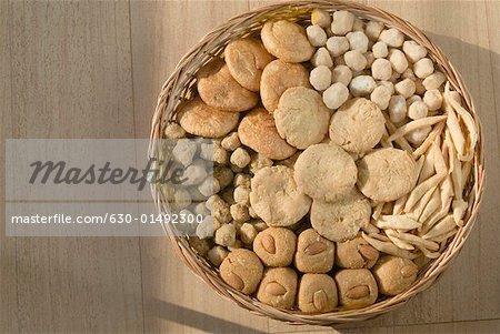 Nahaufnahme von Süßigkeiten und Keksen in einem Weidenkorb