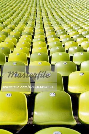 Sièges numérotés dans un stade vide
