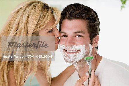 Frau rasiert mann