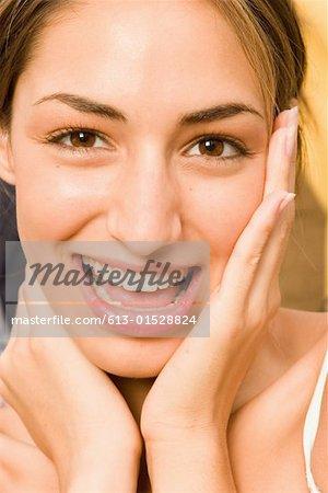 Junge Frau berühren, Gesicht, Lächeln, Porträt, Nahaufnahme