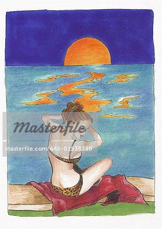 Femme avec bikini léopard sur la plage au coucher du soleil