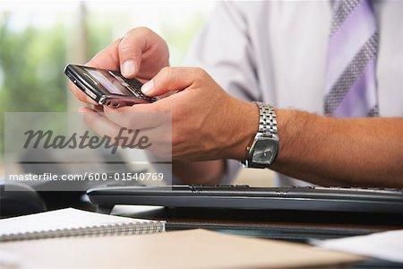 Homme d'affaires envoi SMS
