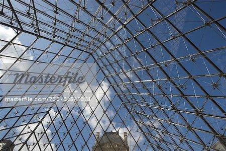 Intérieur de la pyramide du Louvre, Paris, France