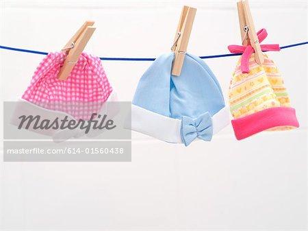Bonnets bébé sur la ligne de lavage
