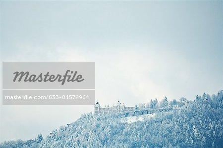 Suisse, canton de Vaud, région de Lavaux, paysage de montagne enneigée avec château