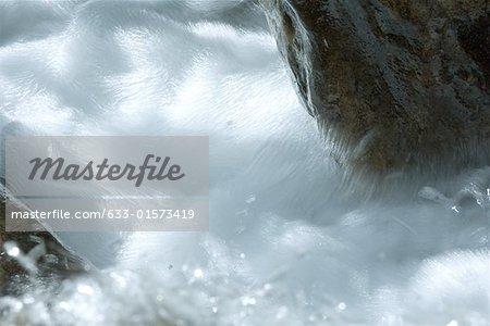 L'eau vue en cours d'exécution, abstract, plein cadre