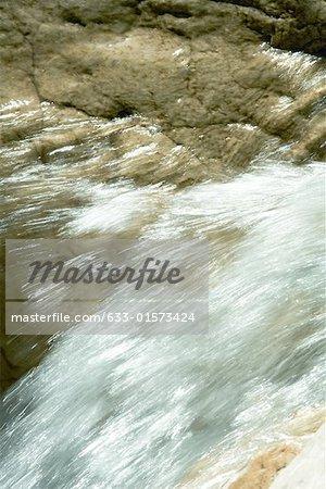 L'eau courante sur des roches, gros plan