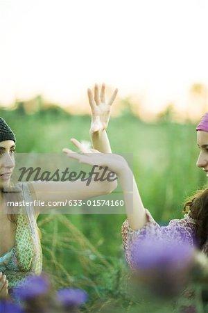 Hippie jeune femmes, hands up attraper les graines de pissenlit