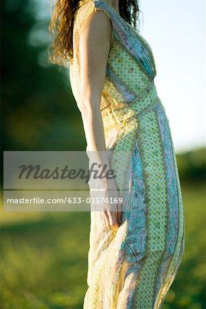 Junge Frau trägt Kleid, beschnitten Ansicht der Abschnitt Mitte