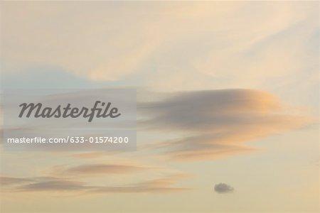 Wolkengebilde, in der Dämmerung